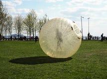 Een reuzebellenballon voor openlucht opblaasbare spelen met een persoon binnen het, het zorbing, Heilige Petersburg, Rusland stock afbeeldingen