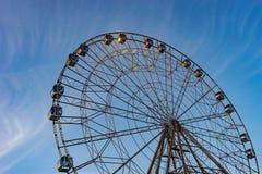 Een Reuzenrad met veel cabines in het Pretpark van Sotchi op de achtergrond van blauwe hemel Royalty-vrije Stock Afbeelding