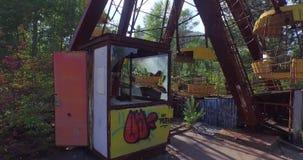 Een Reuzenrad in Pripyat, dichtbij Tchernobyl (Antenne, 4K) stock video