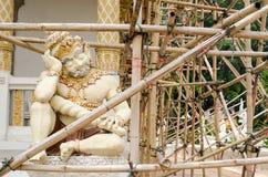 Een reuzestandbeeld van een zitting in slaap in Thailand Stock Afbeelding