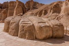 Een reuzevoetbeeldhouwwerk dichtbij Al Khobar Caves Jebel Qarah, Al Hofuf, Saudi-Arabië stock afbeelding