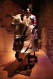 Een ridder en een paard in volledig plaatpantser Stock Foto