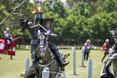 Een ridder tijdens middeleeuwse jousting toernooien stock foto's