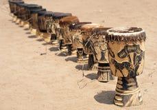Een rij van Afrikaanse trommels stock afbeeldingen
