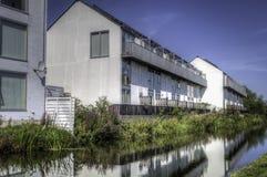 Woon huizen naast rivier Royalty-vrije Stock Foto