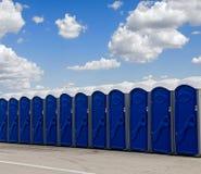 Een rij van blauwe draagbare toiletten royalty-vrije stock foto