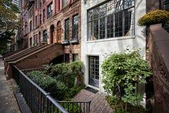 Een rij van brownstone gebouwen royalty-vrije stock afbeeldingen