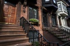 Een rij van brownstone gebouwen en buigt royalty-vrije stock afbeelding