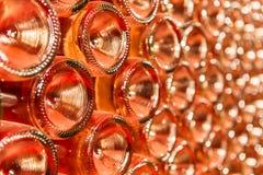 Een rij van champagneflessen - Wijnkelder Stock Fotografie