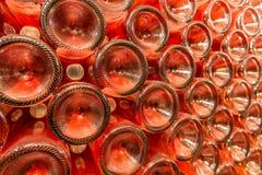 Een rij van champagneflessen - Wijnkelder Stock Foto