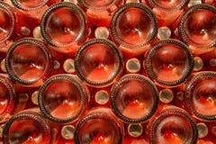 Een rij van champagneflessen - Wijnkelder Stock Foto's