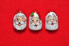 Een rij van chocolade met het gezichtsomslagen die van Santa Claus ` s wordt behandeld Royalty-vrije Stock Afbeeldingen