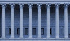 Een rij van Corinthische kolommen van een publiekrechtelijk hof in Lyon, Frankrijk - blauwe kleurentoon royalty-vrije stock fotografie