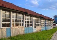 Een rij van de houten gebouwen van één verdieping onder een gemeenschappelijk dak Stock Foto