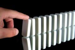 Een rij van domino's royalty-vrije stock afbeeldingen