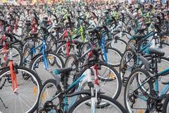 Een rij van een groot aantal fietsen met wielen op stadssqua Stock Fotografie