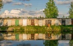 Een rij van garagedeuren die in water nadenken royalty-vrije stock afbeelding