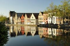Een rij van gebouwen over het kijken een rivier in Brugge Stock Afbeeldingen
