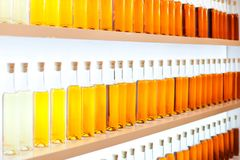 Een rij van gekleurde flessen met cognac stock fotografie