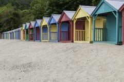 Een rij van gekleurde Strandhutten Stock Afbeelding
