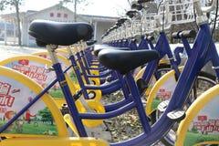 Een rij van gele fietsen deelde fietsen Stock Foto