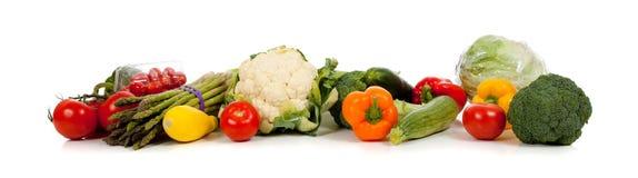 Een rij van groenten op wit