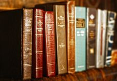 Een Rij van Heilige Bijbels stock afbeeldingen