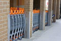 Een rij van het winkelen karretjes stock foto