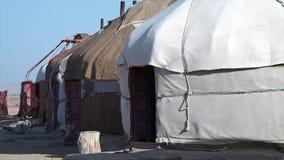 Een rij van hutten in de wind in Oezbekistan stock video
