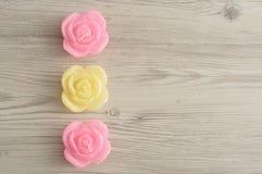 Een rij van kaarsen in de vorm van rozen Stock Foto