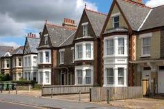 Een rij van kenmerkende Engelse plattelandshuisjes stock afbeeldingen