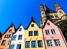 Een rij van kleurrijke huizen op de banken van de Rijn in Keulen, Duitsland Royalty-vrije Stock Foto