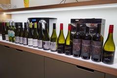 Een rij van lege wijnflessen royalty-vrije stock fotografie
