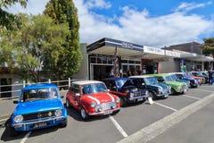 Een rij van Minis bij een openlucht klassieke auto toont stock foto's