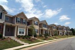 Een rij van nieuwe huizen in de stad of flats Stock Fotografie