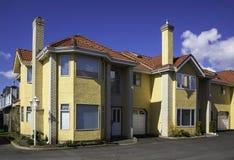 Moderne Huizen in de stad Stock Foto