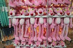 Een rij van pluchespeelgoed in een winkelcomplex Royalty-vrije Stock Foto