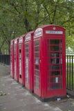 Een rij van rode telefooncellen in Londen Royalty-vrije Stock Afbeeldingen