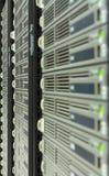 Een rij van servers in een datacenter Stock Afbeelding