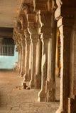 Een rij van siersteenpijlers in de vinayagar tempel van malaikottaimanicka stock afbeelding