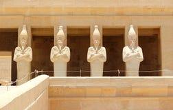 Een rij van standbeelden van Koningin Hatshepsut. Royalty-vrije Stock Foto