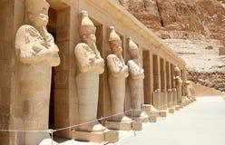Een rij van standbeelden van Koningin Hatshepsut. Stock Afbeelding