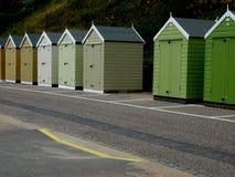 Een rij van Strandhutten bij de kust Stock Fotografie