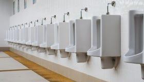 Een rij van urinoirs in betegelde muur in een openbaar toilet Royalty-vrije Stock Foto