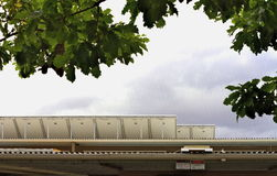 Een rij van zonnepanelen op een Australisch die schooldak wordt opgeheven om de zon te vangen Stock Afbeeldingen