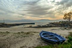 Een rijboot bij zonsondergang Stock Foto's