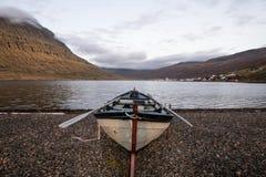 Een rijboot op de kust, IJsland stock afbeeldingen