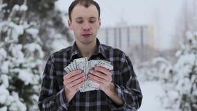 Een rijke kerel telt geld stock footage