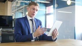 Een rijpe mannelijke zakenman is bezig geweest met een videovraag met een cliënt stock videobeelden