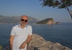 Een rijpe mens op de achtergrond van het Eiland Sveti Nicola Royalty-vrije Stock Foto's